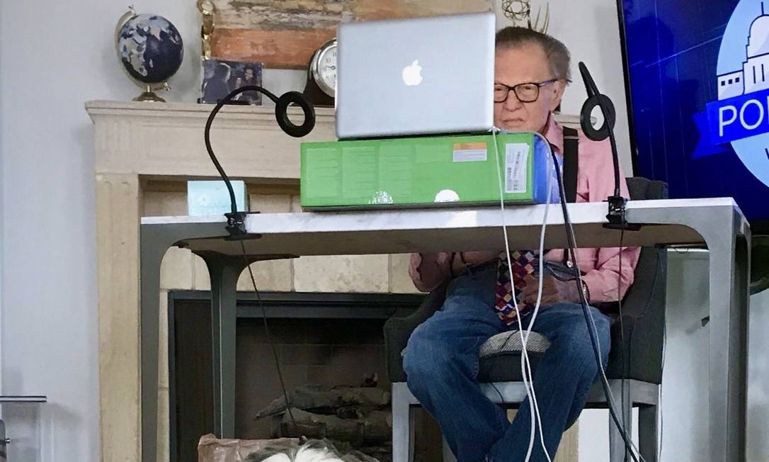 Larry King works from home.  US presenter is another Covid-19 victim Image: Reproduction / Twitter
