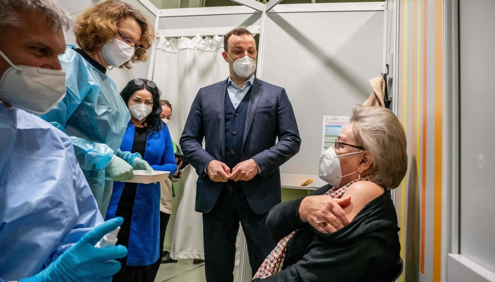 Vaccine: German Health Minister Jens Spahn and Berlin Health Senator Delek Kaleici will attend while a woman receives the second vaccine dose in Berlin.  Photo taken on April 5, 2021. Photo: Michael Capeller / Paul / AFP