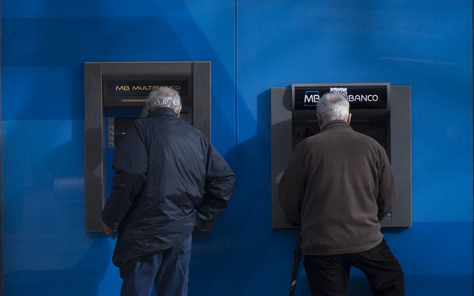 Banks are prohibited from charging commissions on ATM operations on minimum service accounts - O Jornal Económico