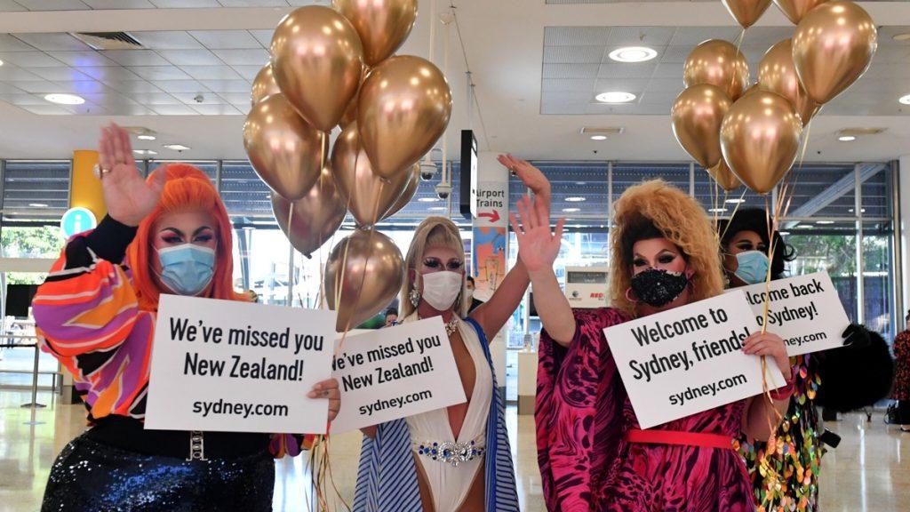 Begeistring og ballonger på Sydney International Airport da reisende fra New Zealand ble ønsket velkommen uten noen karantenekrav eller andre koronabegrensninger.
