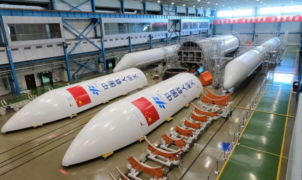 The Chinese missile is falling towards the ground uncontrollably