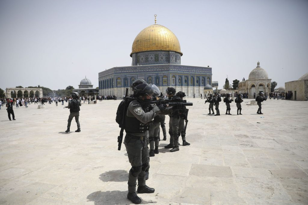 Palestinian anger at the Israeli police at the Prophet's Mosque - VG