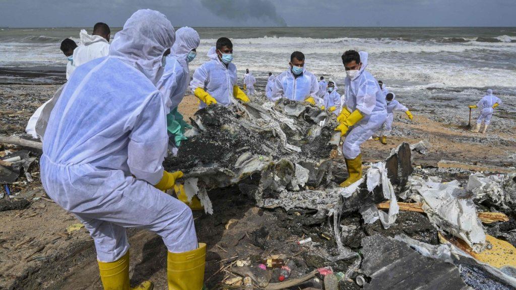 Redningsmannskaper rydder opp strendene på Sri Lanka etter at kontainerskipet X-Press Pearl begynte å brenne.
