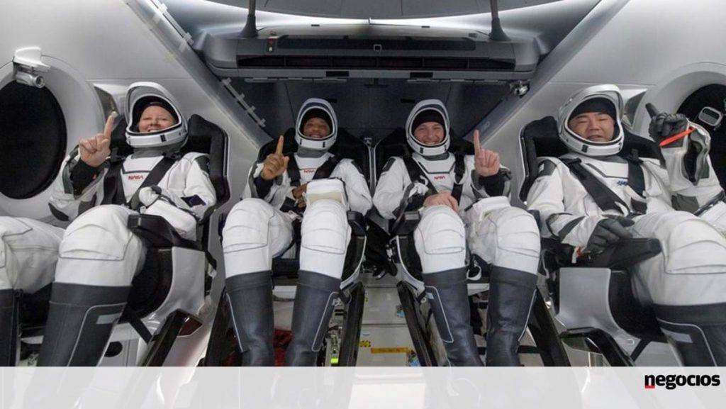 Four astronauts return from the SpaceX capsule station - the world