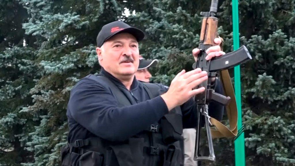 Lukasjenko med Kalasnikov