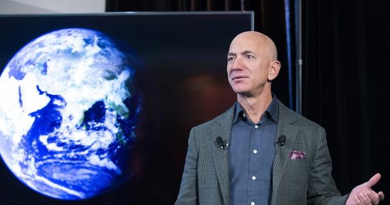 Najbogatszy człowiek świata Jeff Bezos leci w kosmos. Szef Amazona ogłosił właśnie, że w przestrzeń kosmiczną wyruszy już 20 lipca na pokładzie pojazdu firmy Blue Origin.