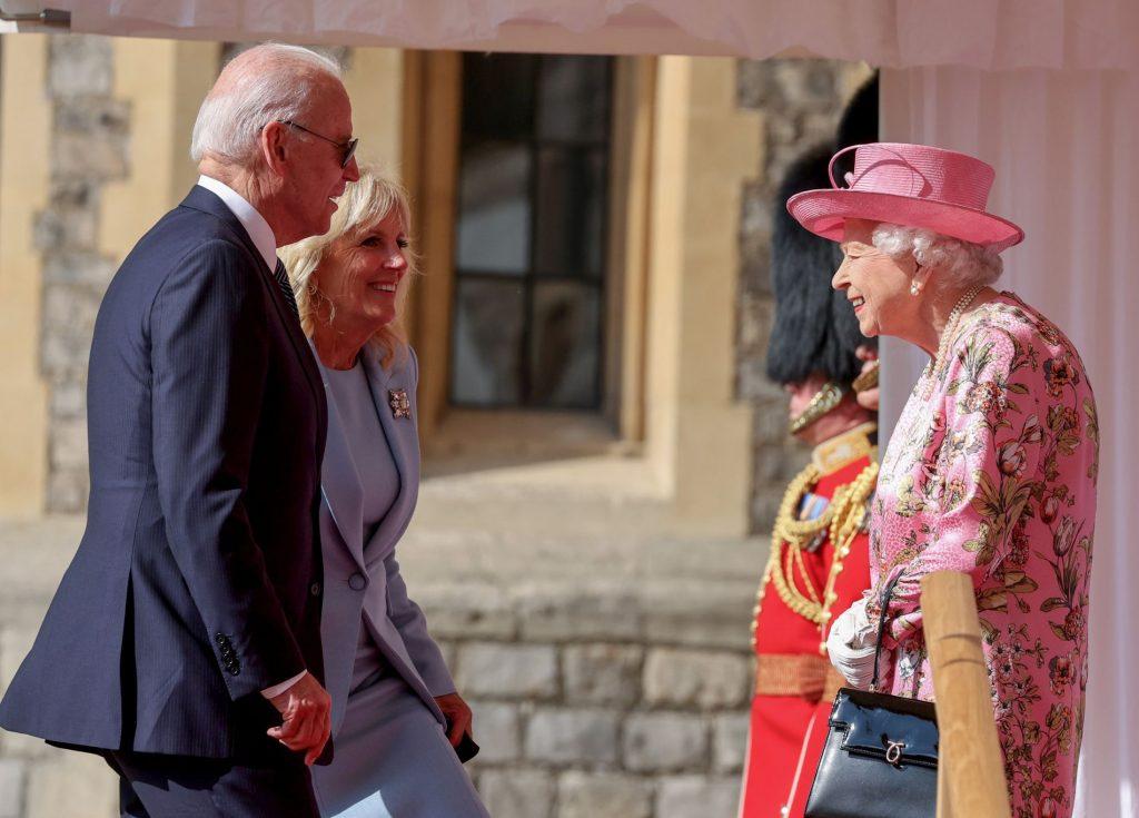 """Here's Joe Biden breaking """"the rules"""" in front of Queen Elizabeth - VG"""