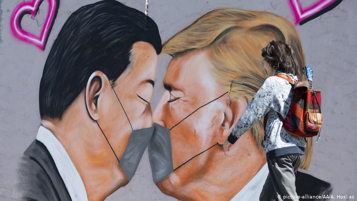 Graffiti shows Chinese President and Donald Trump kissing a mask