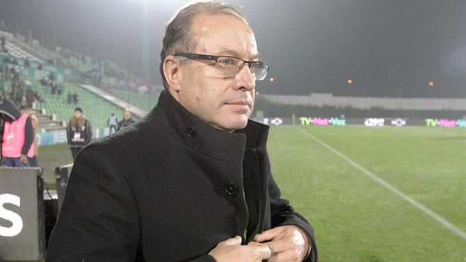 A BOLA - VILLA - condenses in anticipation and with two shots on the table (Rio Ave.)