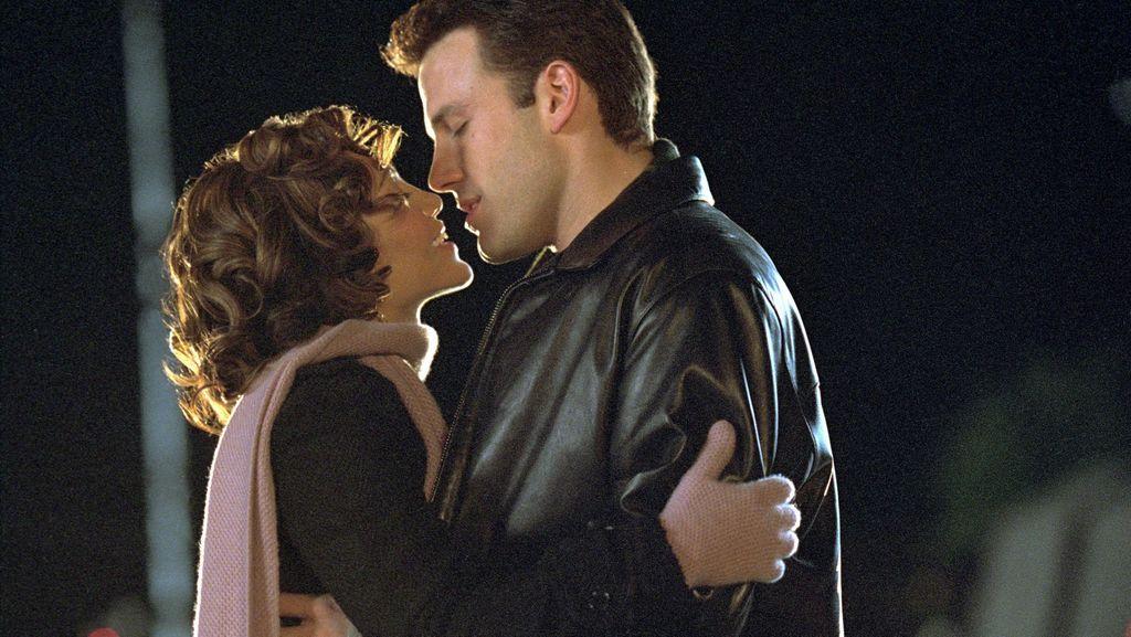 Jennifer Affleck and Ben Affleck: This stolen photo of Pennifer's emotional kiss ignites the web