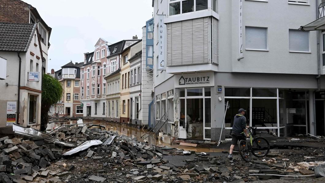 Massive devastation: A man walks through Bad Neuenahr-Ahrweiler who suffered massive devastation after a natural disaster.