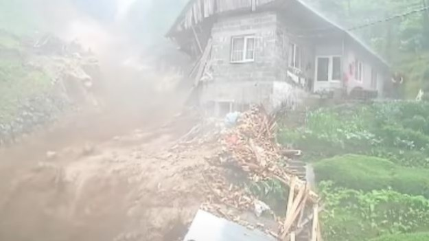 They ran out of the mud wave at the last minute!  Shocking video from Turkey [WIDEO] :: Magazine :: RMF FM