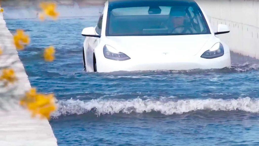 Imagem tesla Model 3 numa enchente