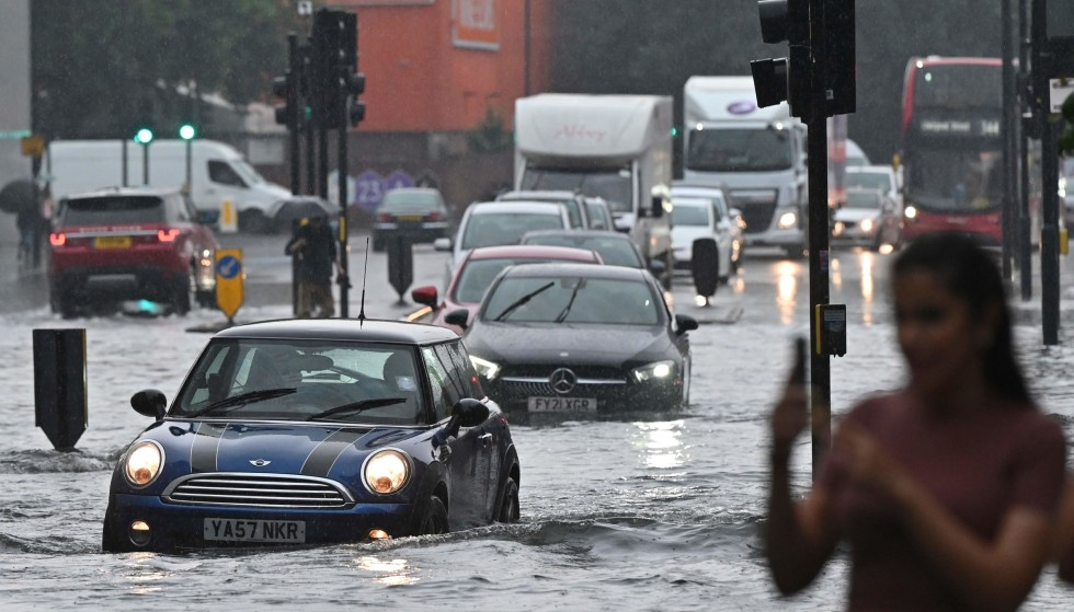 Flood: Several roads were completely submerged in London on Sunday afternoon.  Photo: Justin Tallis/AFP/NTB