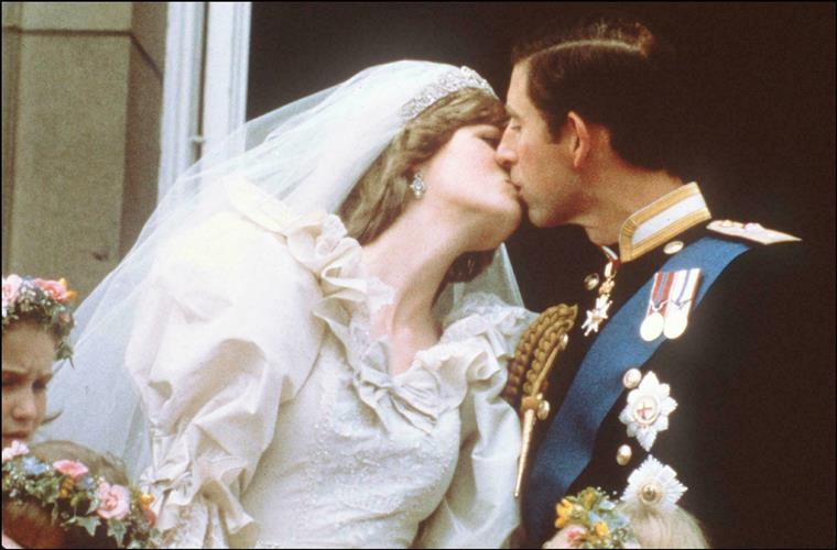 After 40 years in storage, Diana and Carlos' wedding cake sells for more than two thousand euros