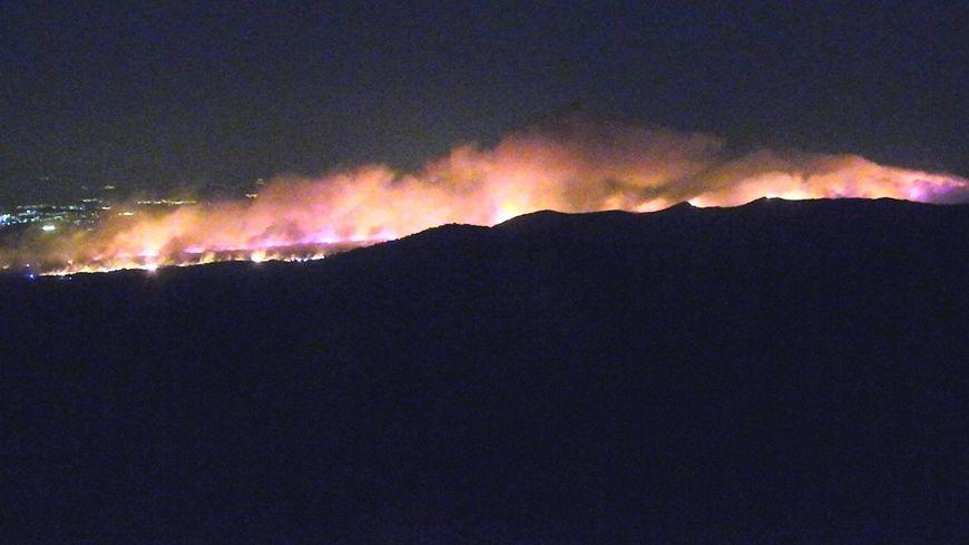 Plus de 600 Sapeurs-Pompiers du Var et des départements voisins sont arrivés en renfort à Gonfaron pour tenter de maitriser le violent incendie.