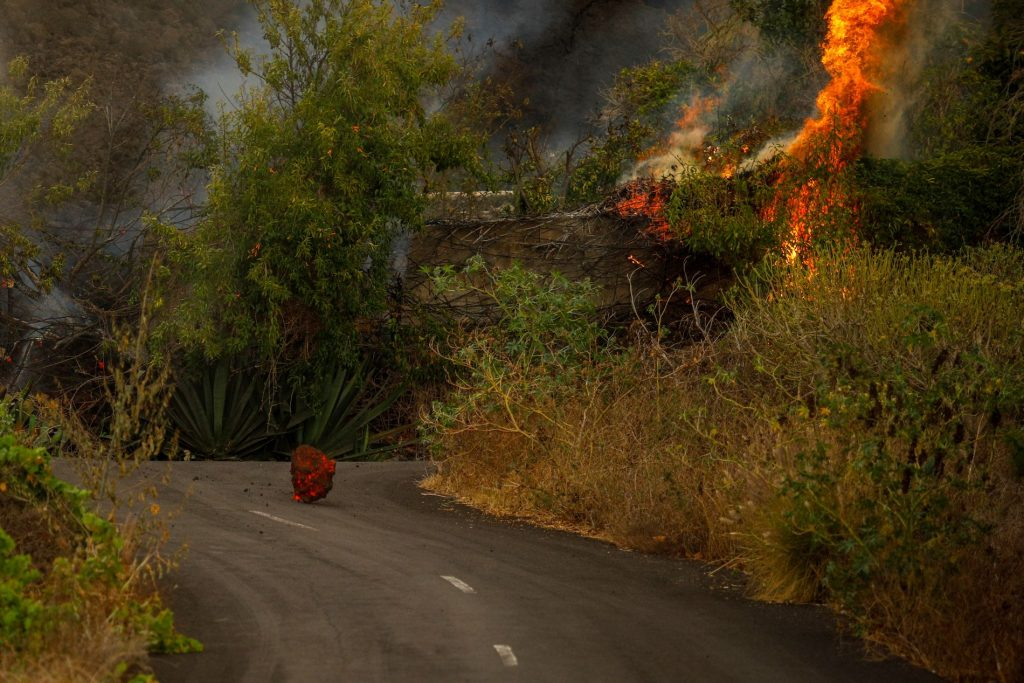 """Six-meter lava """"swallows"""" homes and infrastructure - VG"""
